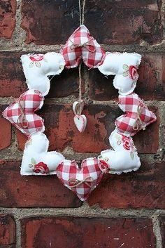 Handmade 8 Heart Wreath. £20. Herzen auf einen Drahtkranz ziehen.