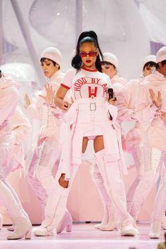 21 Ways You Can Channel Rihanna For Halloween This Year Bubblegum Pink Rihanna Estilo Rihanna, Mode Rihanna, Rihanna Style, Rihanna Fenty, Rihanna Music, Rihanna Fashion, Rihanna Outfits, Stage Outfits, Pink Performance