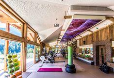 Im 190 qm Fitness Studio mit Panoramablick auf die Alpen purzeln die Kilos mit den STOCK Personaltrainern fast von alleine.   #feelstrong #feelactive #stockfeeling Spa, Mountain Designs, Lobby Design, Workout Rooms, Berg, Flooring, Outdoor Decor, Fitness Studio