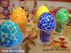 Πασχαλινά ψηφιδωτά αυγά Αγοράζετε λευκά αυγά. Τα πλένετε καλά τα βράζετε και τα στεγνώνετε. Μαζεύετε τα τσόφλια από λευκά αυγά. … Easter Eggs, Christmas Bulbs, Projects To Try, Candles, Holiday Decor, Crafts, Patience, Easter Activities, Manualidades
