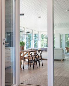 Arkkitehdin suunnittelema vapaa-ajan asunto Porvoossa Dark Grey Houses, Interior And Exterior, Interior Design, Deco, Countryside, Living Spaces, New Homes, Cottage, Cabin