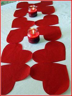 Servilletas con forma de corazón para hacer un camino de mesa para San valentin muy original!