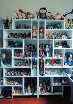 Also a nice floor to ceiling shelf idea for knick knacks & figurines that vary in size / length / height / width. Funko Pop Display, Doll Display, Disney Princess Nails, Pinterest Room Decor, Doll Storage, Ariel Doll, Creepy Images, Diy Barbie Furniture, Otaku Room