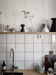 Small home with a smart layout Minimalist Kitchen backsplash Home layout Small Smart Glass Kitchen, New Kitchen, Messy Kitchen, Ranch Kitchen, Narrow Kitchen, Smart Kitchen, Kitchen Small, Kitchen Interior, Kitchen Decor