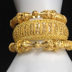 Ali baba Selani gold and diamond splyer Dubai. No words needed Gold Bangles Design, Gold Earrings Designs, Gold Jewellery Design, Designer Jewellery, Gold Jewelry Simple, Stylish Jewelry, Ethnic Jewelry, Indian Jewelry, Bridal Jewelry