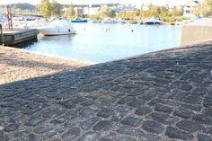 Rudusen Louhikivi taipuu myös kaareviin pintoihin kuten tässä siltaluiskassa. www.rudus.fi/pihakivet  Kuvassa musta Louhikivi