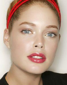 DIY maquillage glowy pour avoir bonne mine: appliquer un enlumineur
