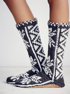 Winter Flurries Slipper Sock | So soft and cozy knit slipper socks featuring tassel detail and contrast bottoms.