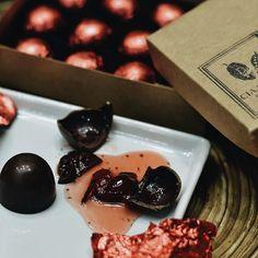 O bombom de cereja ao licor é mais um dos nossos segredos de família! 🍒🔑 Amigos do tempo, eles vão apurando o sabor cada vez mais... Quem também ama?! #CerejaaoLicor #Chocolate #CiaMineiradeChocolates #Desde1988