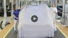 Heute ist im Volkswagen Werk Wolfsburg ein ganz besonderes Auto produziert worden: Der neue Tiguan für die Weltpremiere auf der Internationalen Automobilausstellung 2015 (IAA) in Frankfurt. Die Mitarbeiter der Montage gaben dem Premierenauto den letzten Schliff und verpackten es für den großen Messe
