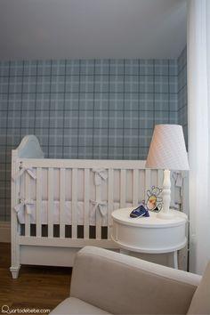 """Quarto """"Bebê Príncipe"""": detalhes que são tendências - Decoração de quarto de bebê com mais de 600 modelos Light Blue Nursery, Cribs, Baby Boy, House, Furniture, Gabriel, Home Decor, Baby Princess, White Table Top"""
