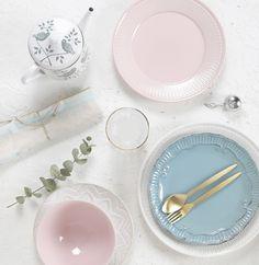 Vajilla en tonos pastel Plates, Deco, Tableware, Cabin Size Suitcase, Pastel Shades, Travel Tote, Dinnerware, Tea Pots, Licence Plates