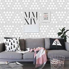 Fototapete mit grafischem Dreiecksmuster – skandinavischer Look im Wohnzimmer.
