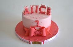 Torta per il Primo Compleanno: con nome e numero personalizzati e fiocco orlato, interamente modellati a mano