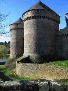 Tour et rempart , Chateau de Lassay, France