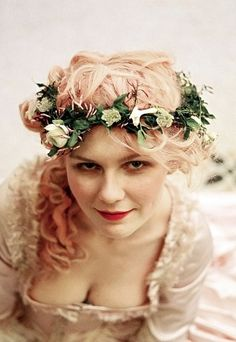 Kirsten Dunst rocked powder-pink for her title role in Marie Antoinette. Annie Leibovitz, Sofia Coppola, Hair Color Pink, Pink Hair, Peach Hair, Kirsten Dunst Marie Antoinette, Madame Pompadour, Pelo Multicolor, Rococo Fashion