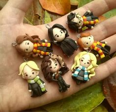 Wow these little Harry Potter figures are adorable! Polymer Clay Miniatures, Polymer Clay Projects, Polymer Clay Creations, Clay Crafts, Deco Harry Potter, Theme Harry Potter, Polymer Clay Kawaii, Polymer Clay Charms, Potters Clay