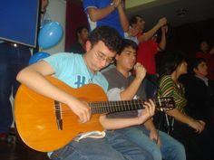 Con mi mejor amigo, animando a voz y guitarra una reunión en el Colegio Salesiano, Lima.