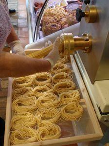 manual noodle press - Google Search Manual Juicer, Juicers, Noodles, Google Search, Macaroni, Noodle, Pasta