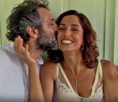 Domingos Montagner dá um beijo carinhoso em Camila Pitanga (Foto: TV Globo)