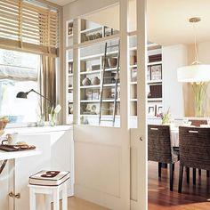 Puertas correderas, mucho blanco, carpinterías discretas, muebles a medida…