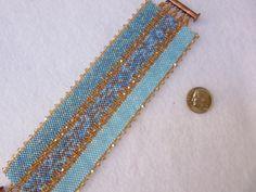 Beaded Ombre cuff bracelet. Hundreds of seed por TreasuresFromDee