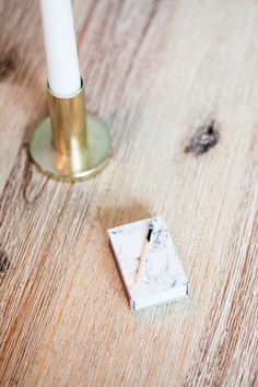 Dekorativ tändsticksask med marmormönster av Matildigt Matilda, Candles, Interior, Diy, Bricolage, Design Interiors, Candy, Interiors, Candle Sticks