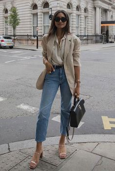These Outfits Prove That A Beige Blazer Is A Must-Have ; diese outfits beweisen, dass ein beiger blazer ein muss ist These Outfits Prove That A Beige Blazer Is A Must-Have ; Beige Blazer Outfit, Blazer Outfits Casual, Look Blazer, Neutral Outfit, Outfit Jeans, Neutral Style, Blazer Outfits For Women, Cropped Jeans Outfit, Comfy Outfit