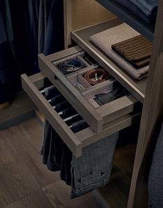 Trousers hanger with tray in cenere oak melamine, boxes covered in visone leather and inner silk pads.