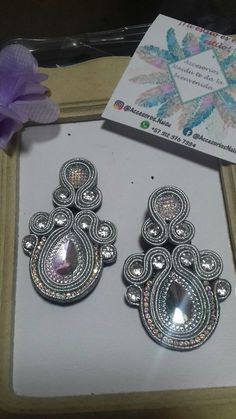 Soutache Jewelry, Beaded Earrings, Diy And Crafts, Jewelery, Couture, Bride, Outfit, Crochet, Fabric