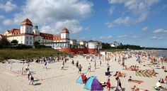 Kurhaus von Binz: Schon in der Vorsaison sind die Hotels gut gebucht - im Sommer ist es teils brechend voll am Strand.