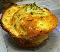 Cupcake salgado de brócolis, queijo e cebola