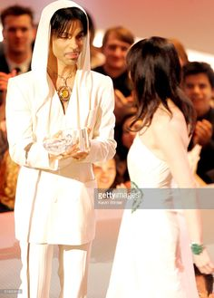 Singer Prince (left) presents the award to actress Renee Zellweger for Best Leading Lady during the Annual People's Choice Awards at the Pasadena Civic Auditorium on January 2005 in Pasadena, California. Prince And Mayte, My Prince, Pictures Of Prince, Prince Images, The Artist Prince, Renee Zellweger, Paisley Park, Roger Nelson, Prince Rogers Nelson