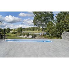 Fantastiskt fin pool med utomhusklinker Z66 Limestone Light Grey. #2cmklinker #bricmate #utomhusklinker #trädgård #trädgårdsinspiration #trädgårdsdesign #pool #pooldesign #design #pooltrend #sten #marksten #granitkeramik #klinker by bricmate Creative backyard pool designs.
