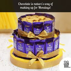 Dairy Milk and Gold Coin Chocolate Bars Cake Online Chocolate Bar Cakes, Chocolate Basket, Chocolate Hampers, Chocolate Coins, Candy Bouquet Diy, Chocolate Flowers Bouquet, Chocolate Crafts, Sweet Trees, Gift Cake