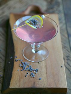 A stunning Lavender Martini made with a base of homemade lavender syrup, fresh lemon juice, and vodka. The lavender syrup can be used to make cocktails or quickly whip up mocktails, coolers or lemonade Lavender Martini, Lavender Drink, Lavender Cocktail, Lavender Buds, Fun Drinks, Yummy Drinks, Mixed Drinks, Alcoholic Drinks, Beverages