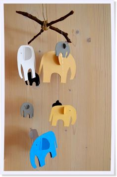 Das niedliche Elefanten-Mobile ist ganz leicht selbst gemacht und verschönert jeden Raum.