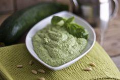 Il pesto di zucchine è cremosissimo ed è perfetto sia per condire la pasta che per preparare dei gustosi crostini.