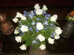 Tiernos agapantos y rosas blancas.