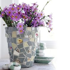 Mosaic flower pot made from broken  pottery pieces. Site has how-to instructions.