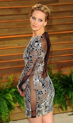 Jennifer Lawrence Oscar 2014 changed into a short, less perilous Tom Ford mirror dress with lots of sheer paneling for the Vanity Fair Oscars after-party. The dress was shiny, edgy, and flexible enough for an extra-twisty version of her favorite pose. Oscar Dresses, Sexy Dresses, Jennifer Lawrence Oscar, Beautiful Actresses, Beautiful Celebrities, Jennifer Laurence, Manequin, Femmes Les Plus Sexy, Scarlett Johansson