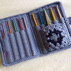 Crochet Hook Holder Case [Free Pattern and Video Tutorial] Sheep - Toys Plush - . - Crochet Hook Holder Case [Free Pattern and Video Tutorial] Sheep – Toys Plush – Amigurumi [Free - Crochet Bookmark Pattern, Crochet Hook Case, Knitting Needle Case, Crochet Phone Cases, Crochet Hooks, Knitting Needles, Marque-pages Au Crochet, Crochet Crafts, Crochet Projects