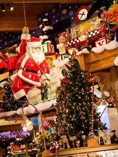 Bronner's Christmas Wonderland: One of the reasons to visit Frankenmuth, Michigan! Read more: http://www.midwestliving.com/travel/michigan/frankenmuth/12-reasons-to-visit-frankenmuth-michigan/page/3/0#