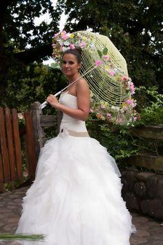Espectacular combinación de : guapa, vestido, peinado y paraguas.