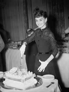 Audrey Hepburn is one of the world's most admired fashion icons. The British actress was born Audrey Kathleen Ruston and was an active performer during Holl Style Audrey Hepburn, Audrey Hepburn Photos, Holly Golightly, Roman Holiday, My Fair Lady, British Actresses, Schneider, Old Hollywood, Classic Hollywood