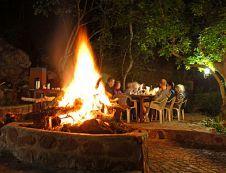 'n Lekke groot vuur in die boma by Mashovela Bush Lodge in Soutpansberg. Dis so rêrig Suid- Afrika Barbecue, South Africa, Outdoor Decor, Meraki, Beautiful, Coffee, Country, Ideas, Travel