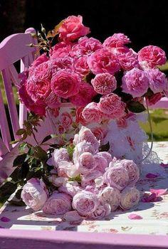 Fab for Lora Weaver's faux wedding in The Pas de Deux mystery book. Amazing Flowers, Beautiful Roses, My Flower, Pink Flowers, Beautiful Flowers, Couleur Rose Pastel, Parfum Rose, Deco Rose, Bloom