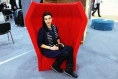 Словенская мебель для меломанов  Размеренно гуляя по выставке мебели в Экспоцентре в Москве среди обычных и не очень экспонатов мой взгляд притянуло интересное кресло. Оно выделялось среди всей остальной мебели. По форме напоминало раскрывшийся бутон огромного красного цветка.  http://ift.tt/2iCynKM  #BeatnikSoundStation #Donar #Выставка #Мебель #Музыка #Словения #Экспоцентр