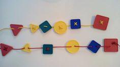 Treino de motricidade fina (enfiamentos): Enfiar as peças no cordel de acordo com o modelo (cor e forma). Nas peças com 4 buracos enfiar o cordel em cruz.