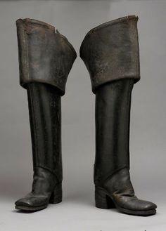"""Pareja de hombre """"muslo"""" botas, 1700-1710     Inglaterra  MATERIA Y TÉCNICA  Cuero  Pesados black jack parte superior de cuero; laterales superpuestos, a tope costuras delanteras; contadores estrechas. Turned-back estalló tops. Dedos de los pies cuadrados. Las suelas de cuero. Altas apilados tacones de cuero. Plantillas de cuero. Cintas de lino dentro de las tapas."""
